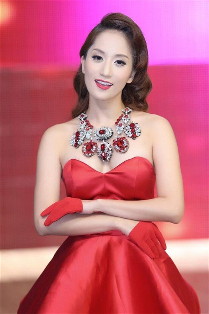 Khánh Thi liên tục nhắc đến cụm từ 'trà xanh' trên mạng xã hội, ám chỉ Phan Hiển có người thứ ba chăng?