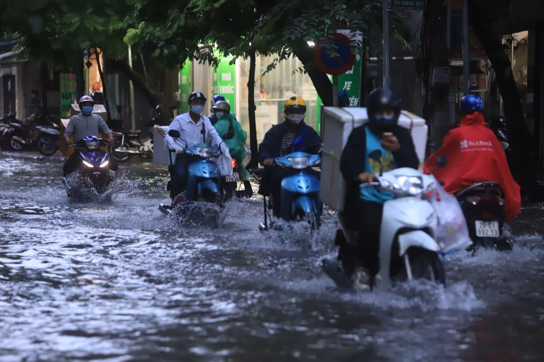 Mưa xối xả ở Hà Nội, nhiều tuyến phố ngập úng