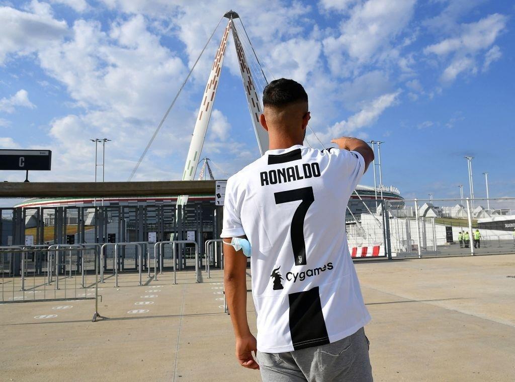 Cổ động viên Juventus đang rất nhớ Ronaldo - 2