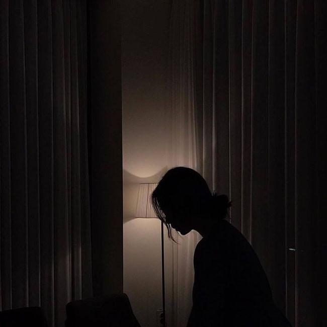 """Vợ thức giấc lúc nửa đêm, không thấy chồng đâu nhưng nghe có tiếng người nói: Đừng để vợ phát hiện""""-1"""