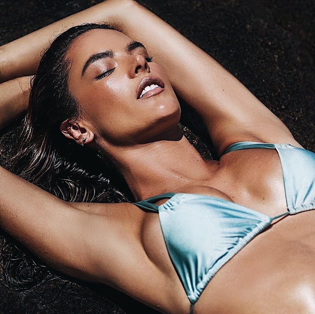 Đường cong siêu mẫu Alessandra Ambrosio đánh bại gái đôi mươi
