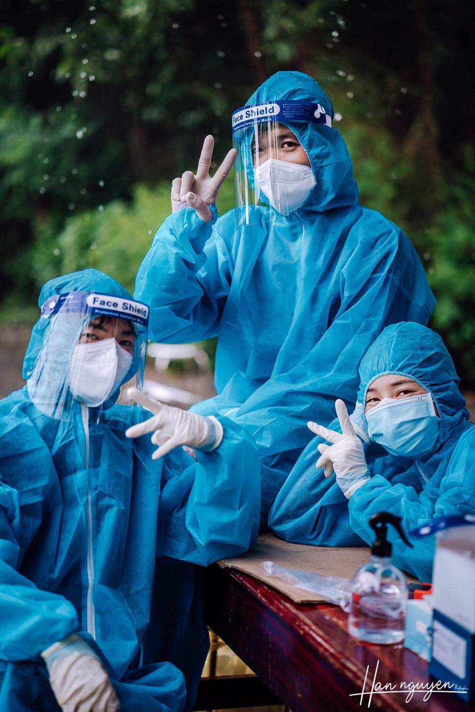 Tan chảy hình ảnh nhảy múa dưới mưa của đôi tình nguyện viên chống dịch - 1