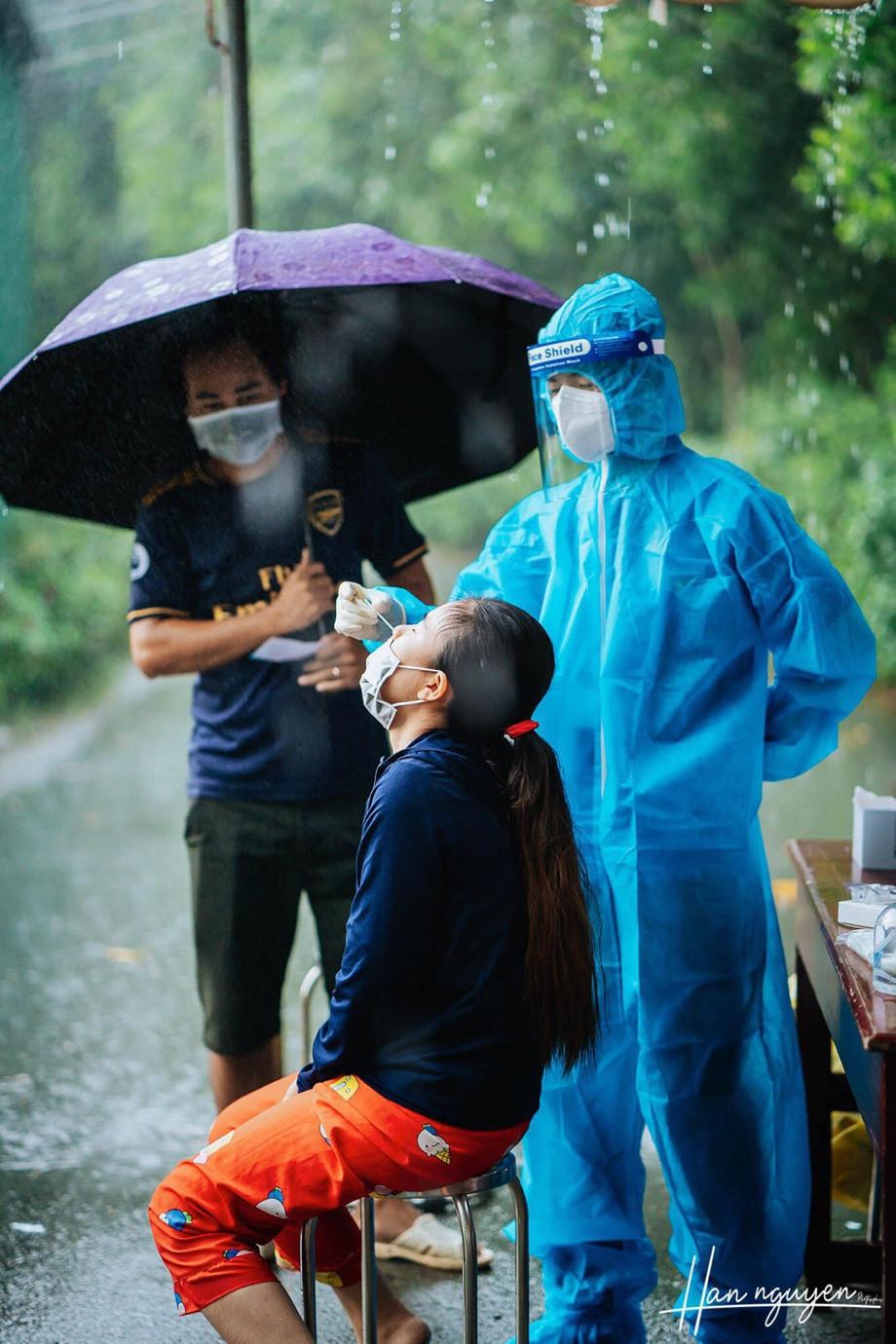 Tan chảy hình ảnh nhảy múa dưới mưa của đôi tình nguyện viên chống dịch - 2