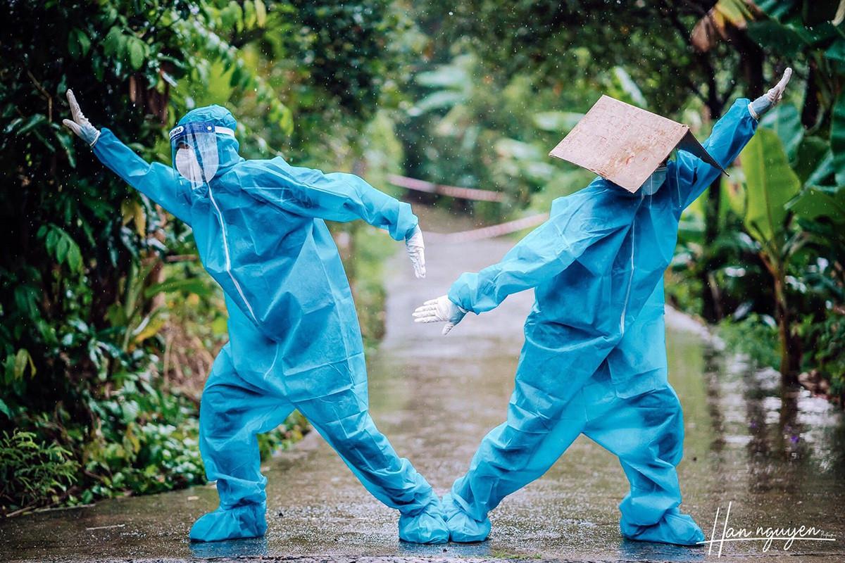 Tan chảy hình ảnh nhảy múa dưới mưa của đôi tình nguyện viên chống dịch - 4