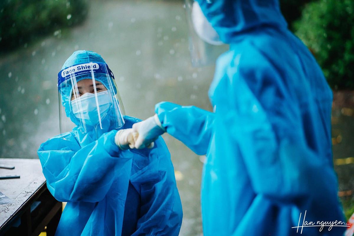 Tan chảy hình ảnh nhảy múa dưới mưa của đôi tình nguyện viên chống dịch - 6