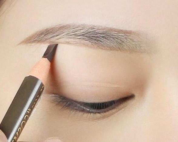 5 bước trang điểm cho đôi mắt đẹp chuẩn sao Hàn - Ảnh 2.
