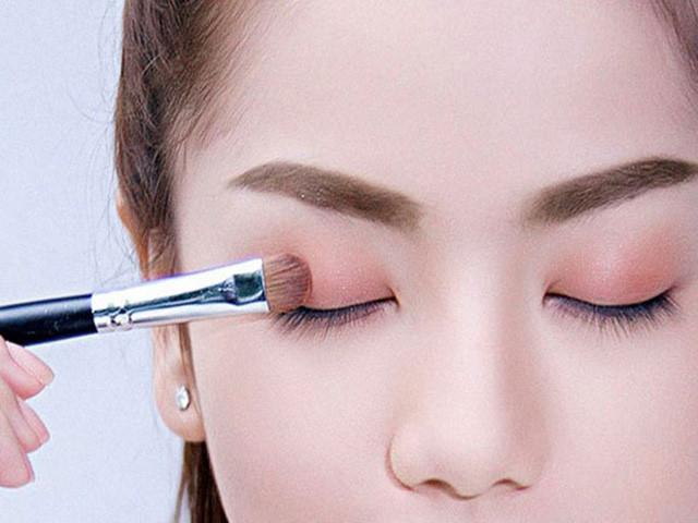 5 bước trang điểm cho đôi mắt đẹp chuẩn sao Hàn - Ảnh 3.