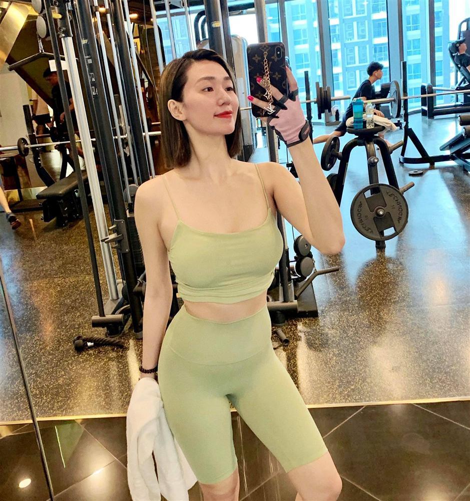 """""""Nữ hoàng phòng gym Hà thành"""" gây tranh cãi khi mặc quần tập quá bó sát dạy online - 8"""