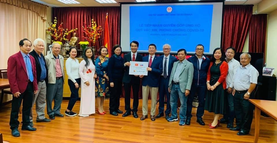 Người Việt tại Slovakia trao 11.480 euro cho Quỹ vaccine phòng chống Covid-19
