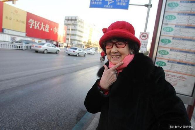 Bà lão HUYỀN THOẠI nhất Trung Quốc: 18 năm ngồi tù, chồng bỏ con mất, 71 tuổi ra tù làm nhân viên dọn nhà vệ sinh,