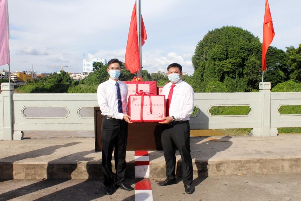 Lực lượng bảo vệ biên giới tỉnh Hủa Phăn (Lào) tặng quà Bộ đội Biên phòng Sơn La