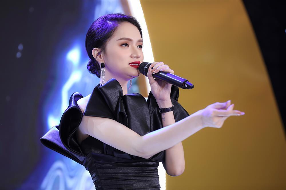 Clip Hương Giang hát live the thé còn hụt hơi gây tranh cãi-4