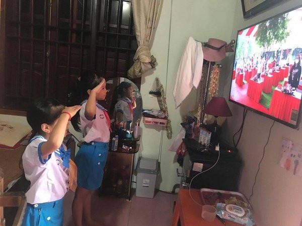 Học sinh thực hiện nghi thức trong buổiLễ Khai giảng online. (Ảnh: Nghệ An)