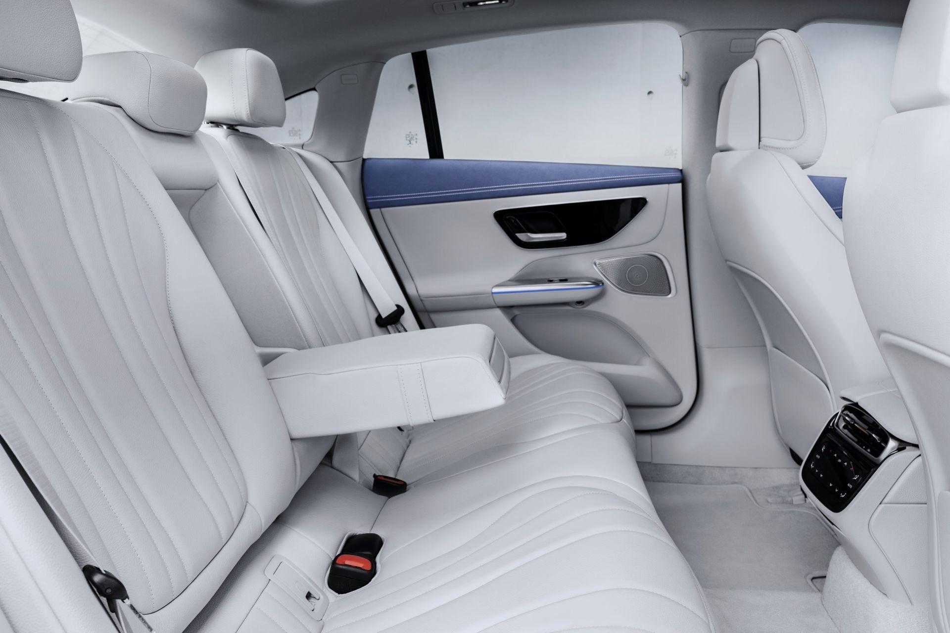 Hàng ghế sau của Mercedes-Benz EQE sedan