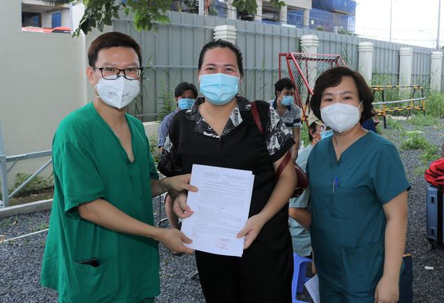 """Thêm """"13 tờ giấy hạnh phúc"""" ở Trung tâm hồi sức người bệnh COVID-19 BV Bạch Mai tại TP.HCM. - Ảnh 2."""