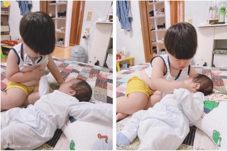 Thấy em gào khóc nức nở, anh trai vội vàng dỗ dành bằng 1 cách khiến mẹ trẻ vừa giật mình vừa thương-1