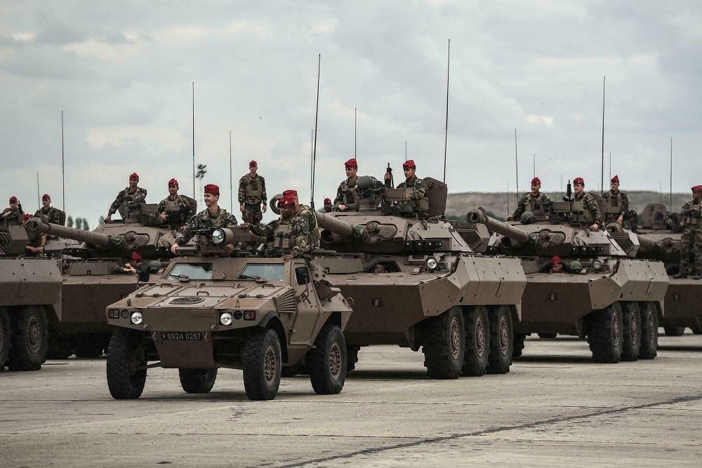 (09.08) Các binh sỹ và xe tăng Pháp chuẩn bị cho diễu binh nhân kỷ niệm Ngày Bastile hôm 9/7. (Nguồn: AFP)
