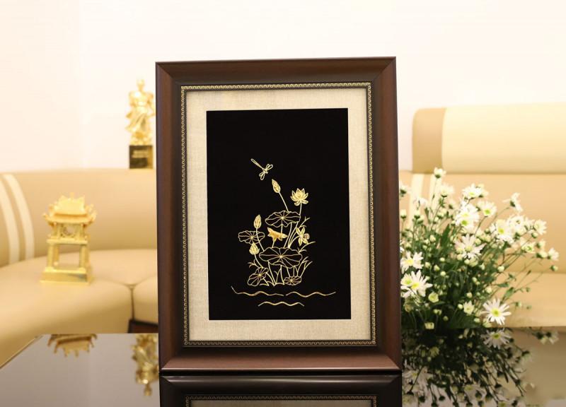 Tranh sen vàng mang đặc trưng của Việt Nam, là món quà hết sức ý nghĩa dành tặng người mà bạn yêu quý.