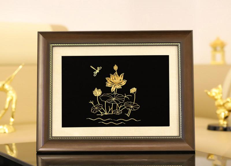 Bức tranh hoa sen mạ vàng kích thước 45 x 35 cm được bán với giá 4 triệu đồng.