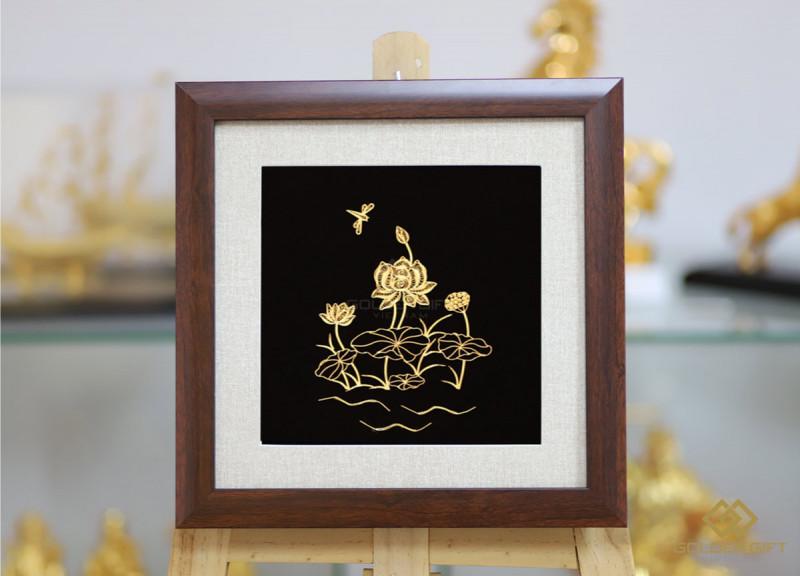 Tranh hoa sen mạ vàng với kích thước 30x30cm, giá 3 triệu đồng là món quà được lựa chọn nhiều hiện nay.