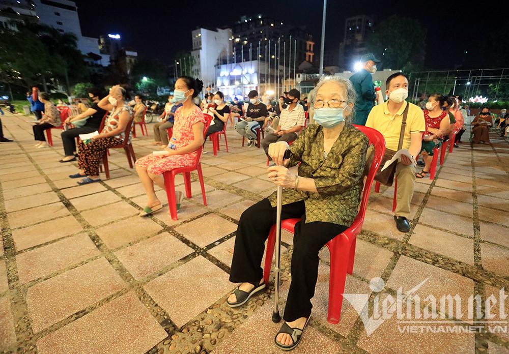 Nghìn người tiêm vắc xin tới đêm khuya ở Hà Nội