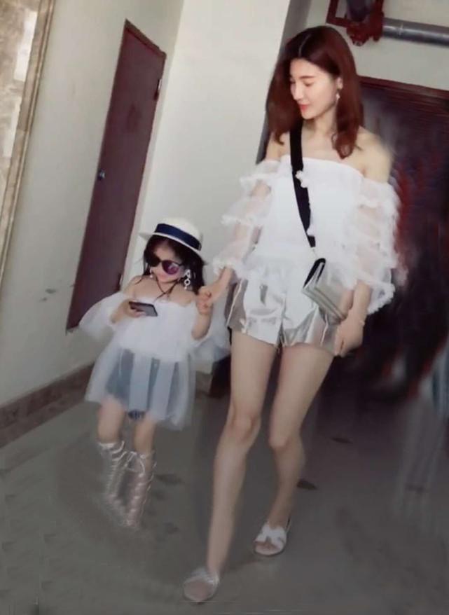 Bé gái 4 tuổi ăn mặc thiếu vải, pose dáng ưỡn ẹo gây tranh cãi-4