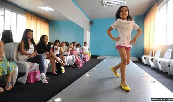 Bé gái 4 tuổi ăn mặc thiếu vải, pose dáng ưỡn ẹo gây tranh cãi-11