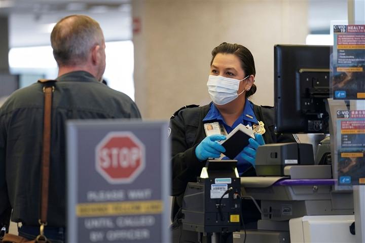 Mỹ tăng mức phạt lên 3.000 USD với du khách không đeo khẩu trang - 1