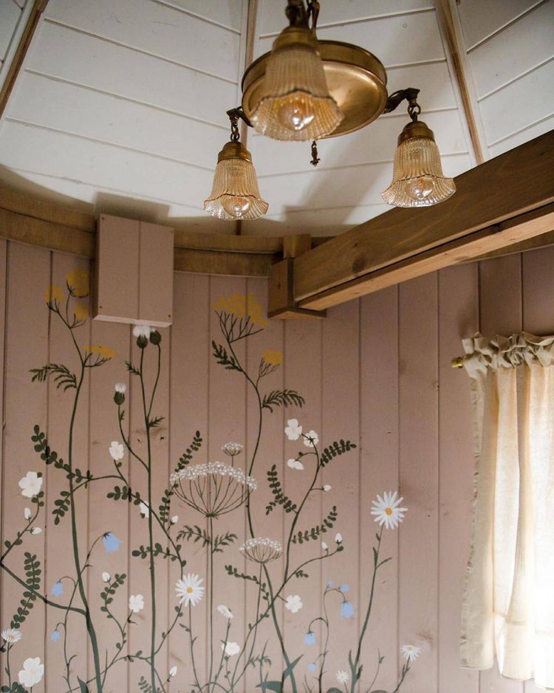 Cách trang trí rất tinh tế, đưa không gian rừng cây, hoa lá vào trong ngôi nhà.