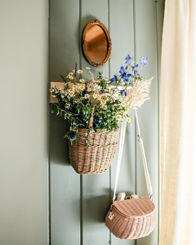 Trong phòng lúc nào cũng có hoa tươi, không chỉ đẹp mắt mà còn tạo hương, phảng phất mùi thơm hoa lá.