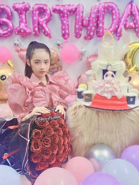 Đón sinh nhật 12 tuổi, Bảo Hà được tặng bánh kem 7kg cùng loạt clip chúc mừng từ sao Việt