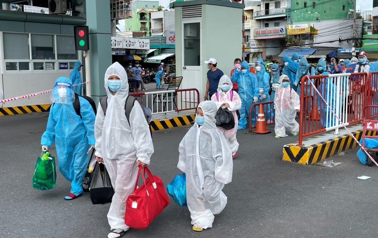 Hàng chục chuyến xe đưa thai phụ, trẻ em từ TP.HCM về quê Bình Định, Vũng Tàu