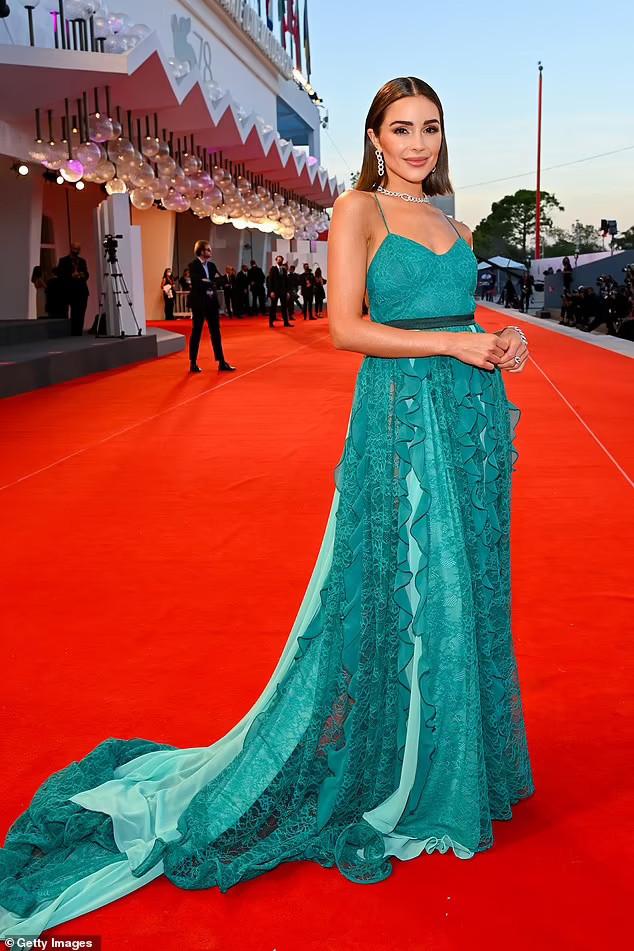 Hoa hậu Hoàn vũ Olivia Culpo diện đầm hở lưng gợi cảm lên thảm đỏ