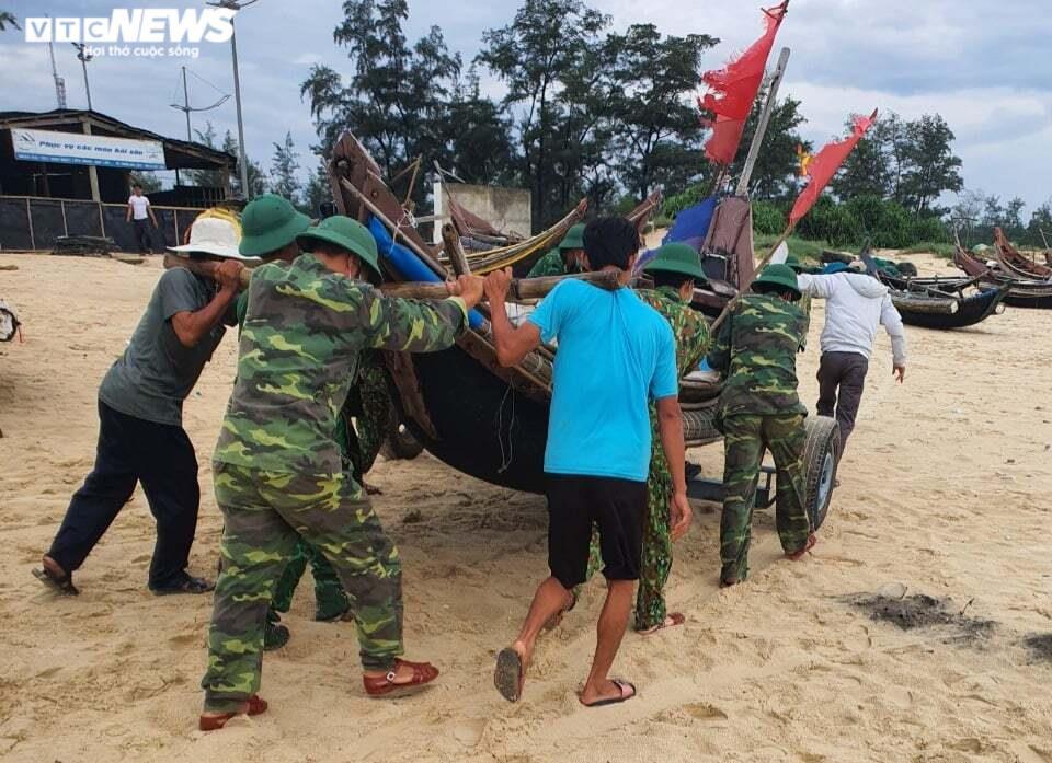 Ảnh: Bão số 5 gây mưa to, gió quật đổ cây, ngập úng ở các tỉnh miền Trung - 3