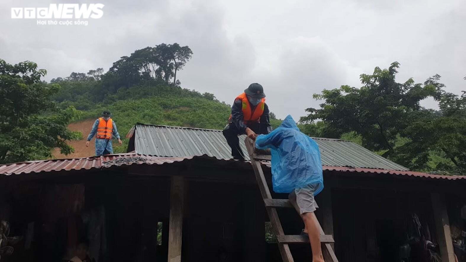 Ảnh: Bão số 5 gây mưa to, gió quật đổ cây, ngập úng ở các tỉnh miền Trung - 1