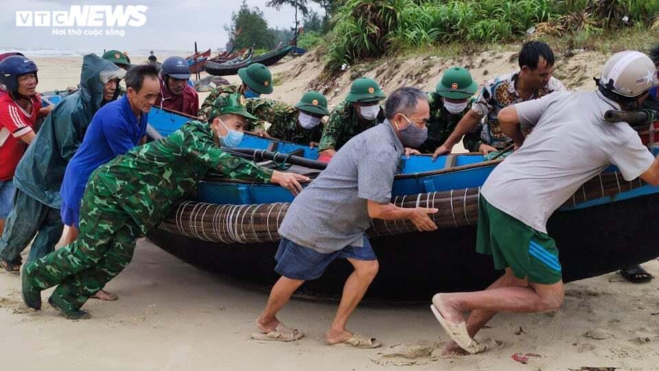 Ảnh: Bão số 5 gây mưa to, gió quật đổ cây, ngập úng ở các tỉnh miền Trung - 4