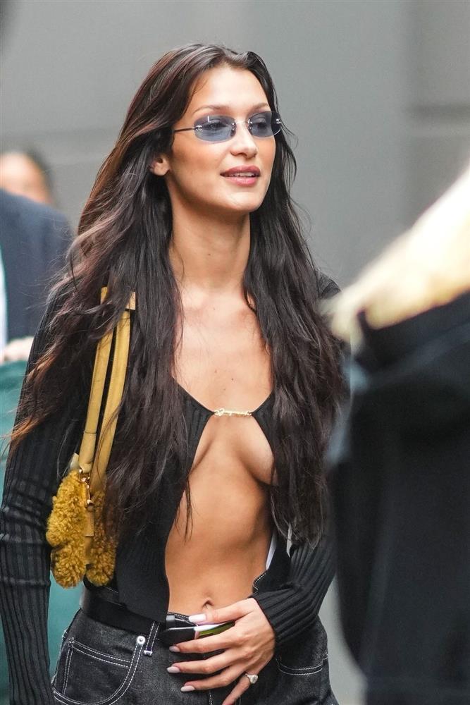Jennie học Kendall Jenner mốt áo bung móc cài khoe ngực-4