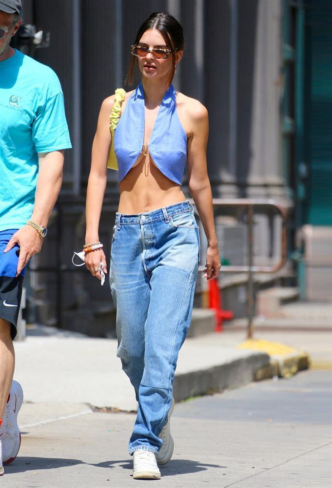Jennie học Kendall Jenner mốt áo bung móc cài khoe ngực-8