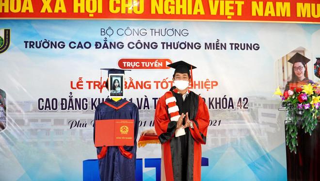 Trường Việt Nam dùng Robot nhận bằng tốt nghiệp thay sinh viên - Ảnh 3.