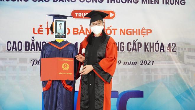 Trường Việt Nam dùng Robot nhận bằng tốt nghiệp thay sinh viên - Ảnh 2.
