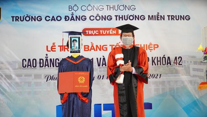 Trường Việt Nam dùng Robot nhận bằng tốt nghiệp thay sinh viên - Ảnh 1.