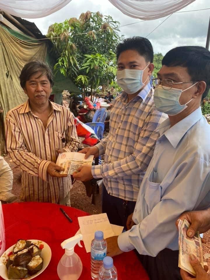 Tặng quà cho các hộ gia đình gốc Việt gặp khó khăn tại tỉnh Takeo, tỉnh Koh Kong (Campuchia)