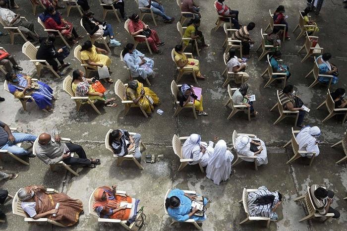 Các nữ tu sĩ và cư dân Cơ đốc giáo đang chờ tiêm vaccine Covid-19 tại Nhà thờ Saint Mary ở Secunderabad, Ấn Độ, vào tháng trước. (Nguồn: AFP)