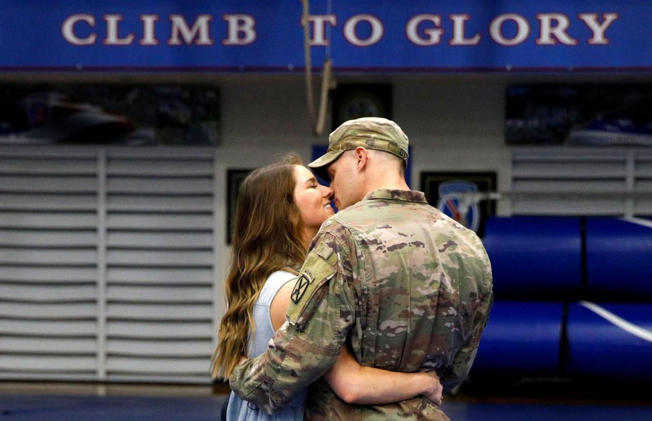 Ảnh ấn tượng tuần 6-12/9: Tổng thống Nga bên linh cữu phụ tá thân cận; người vợ Mỹ hạnh phúc đón chồng về từ Afghanistan và Triều Tiên duyệt binh