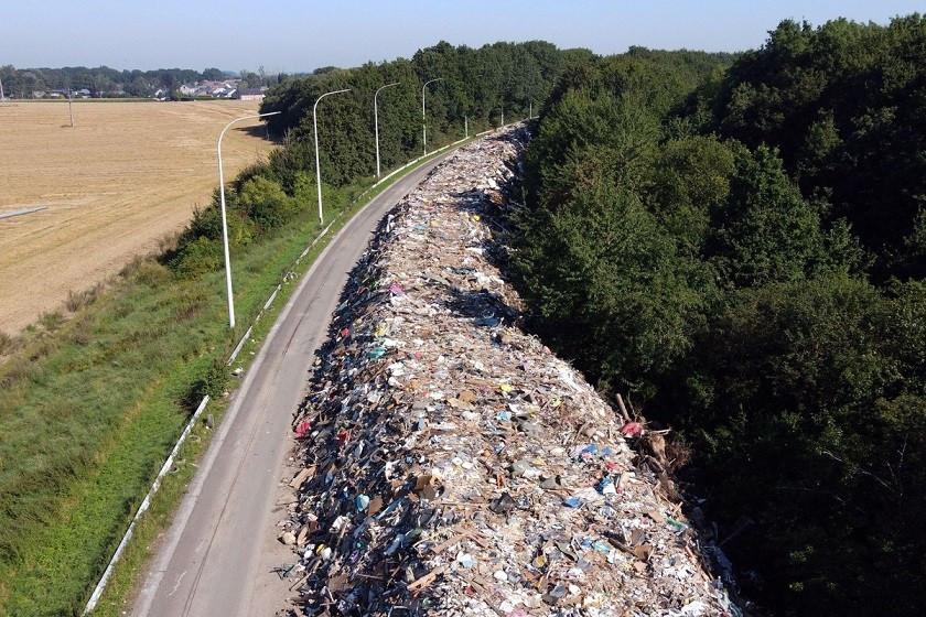Bức ảnh chụp từ trên cao cho thấy bãi rác khổng lồ trên đường cao tốc A601 tại Juprelle, gần Liege, Bỉ. Với khoảng 90.000 tấn rác ngập trong nước, trải dài tổng cộng 5dặm (8 km) dọc theo đường cao tốc đã đóng cửa ở phía Bắc Liege, bãi rác này là minh chứng rõ nét cho sự tàn phá của trận lũ lụt chưa từng có càn quét toàn châu Âu vào giữa tháng 6/2021. (Nguồn: Getty)