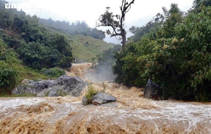 Nhiều tuyến đường miền núi sạt lở nặng, nhà dân chìm trong biển nước do bão số 5 - 3