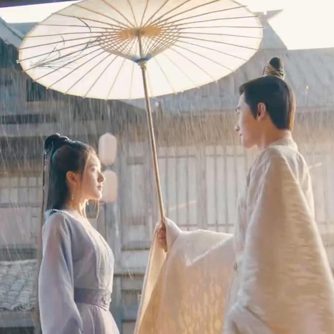 Sau màn 'cọ nhiệt' lộ liễu: Triệu Lộ Tư được Dương Dương cõng dưới mưa ở 'Thả Thí Thiên Hạ'
