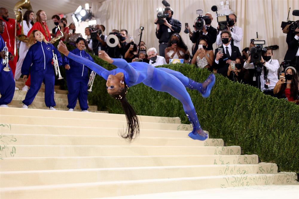 Met Gala 2021: Vận động viên thể dục nghệ thuật cởi đầm dạ hội nhào lộn trên thảm đỏ-1
