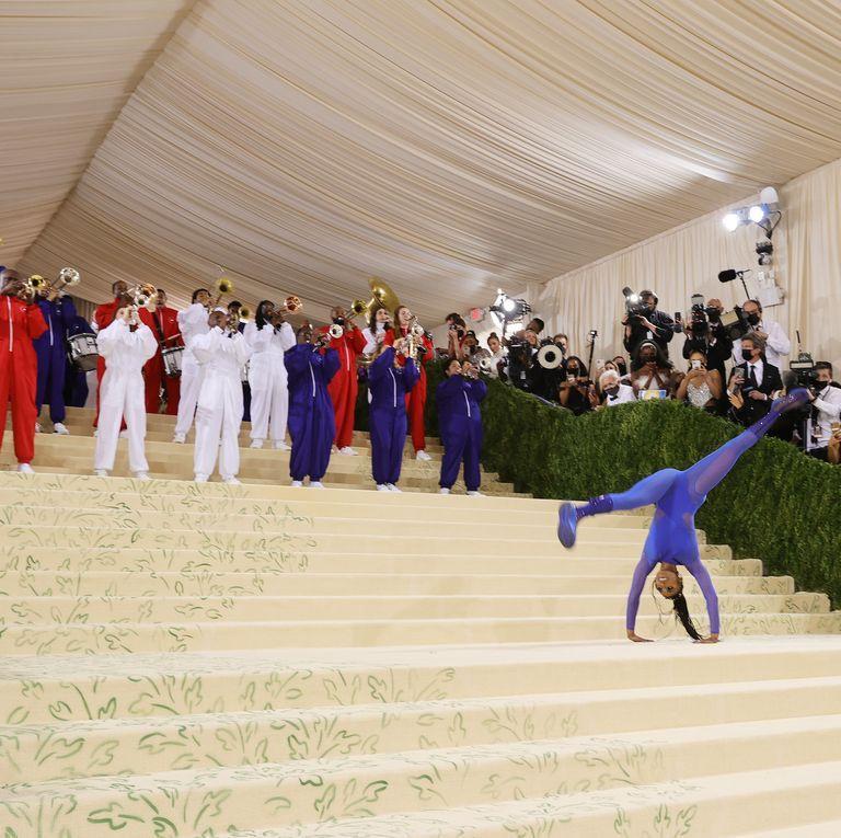 Met Gala 2021: Vận động viên thể dục nghệ thuật cởi đầm dạ hội nhào lộn trên thảm đỏ-3