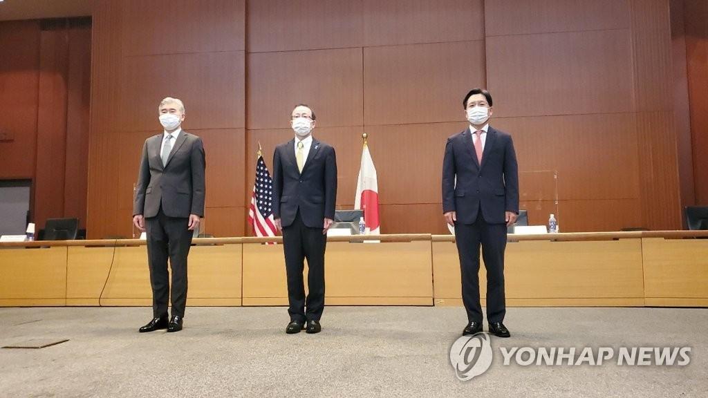 HĐặc phái viên hạt nhân chính của Hàn Quốc Noh Kyu-duk (R) chụp ảnh với những người đồng cấp Hoa Kỳ và Nhật Bản, Sung Kim (L) và Takehiro Funakoshi, trước cuộc hội đàm của họ tại Tokyo vào ngày 14 tháng 9 năm 2021.